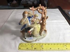 Арт 241-19 Статуэтка фарфоровая, барышня с кавалером на качелях без клейма. 4000 рублей