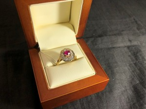 Арт 125-21 Кольцо с бриллиантами и корундом, 750 проба, размер 18, масса 5.27 гр. 53.600 рублей