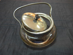 Сахарница прозрачное стекло с золотыми полосками с металлической ручкой и крышкой. 1,000 рублей