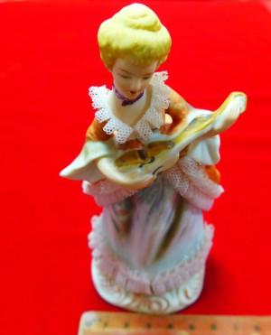 Арт 415-16 Статуэтка бисквит Европа,  «девушка с гитарой» 2000 рублей