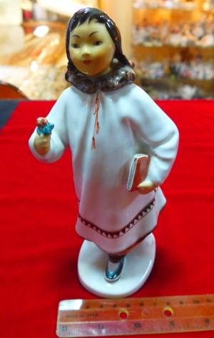 Арт 425-13 Статуэтка фарфоровая ЛФЗ «чукотская девушка с книгой»2500 рублей