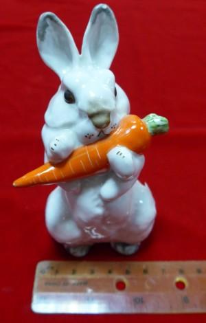 Арт 552-14 Статуэтка фарфоровая ЛФЗ «заяц с морковкой» 4500 рублей
