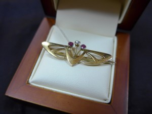 Арт 177-16 Брошь с бриллиантом и рубинами, 585 пробы, масса 3.58гр 19.000 рублей