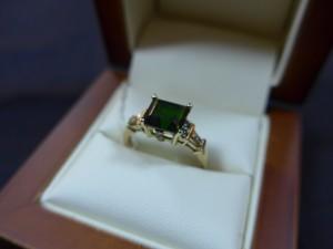 Арт 193-17 Кольцо с бриллиантами и изумрудом, 585 проба, размер 18 масса 3.22гр. 9.000 рублей
