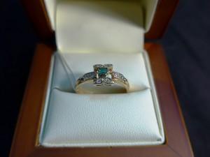 Арт 332-17 Кольцо с бриллиантами и изумрудом, 583 проба, размер 19 масса 2.93гр. 8300 рублей