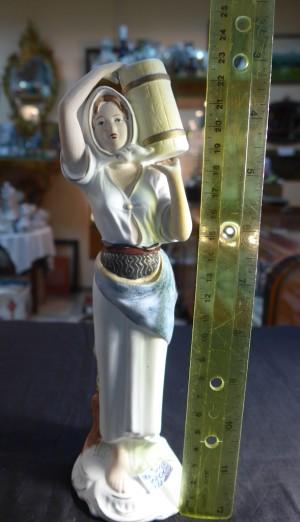 Арт 416-17 Статуэтка бисквит, девушка с ведром. Европа. 1800 рублей