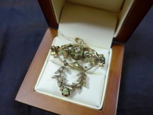 Арт 200-17 Брошь с бриллиантом и демантоидами , 56 проба, масса 6.07 гр. 52.000 рублей