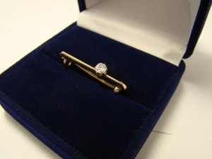 Арт 285-13 Булавка с алмазом, 56 проба, масса 2.1 гр. 180.000 рублей  Эдвард Шрам