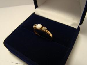 Кольцо алмазы с жемчугом, 583 проба, размер 18, масса 2.59гр. 37.500 рублей (2 бр по 0.16)