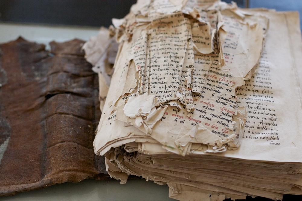 Как правильно хранить антикварные книги?